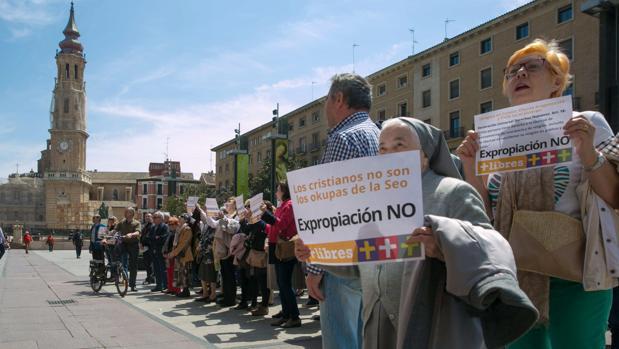 Entregan más de 100.000 firmas al alcalde de Zaragoza para frenar «la expropiación» de la Seo