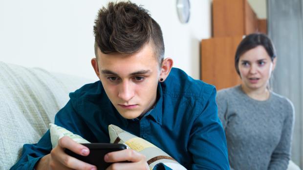 Un joven mira su teléfono móvil. Es la primera vez que en Italia se sentencia sobre los graves daños del uso del celular