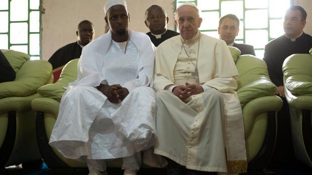 El Papa Franscisco visitó una mezquita en el centro de Bangui, en su visita calificada de muy peligrosa en 2015