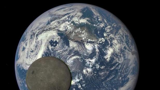 Imagen de la Tierra, con la luna en primer plano