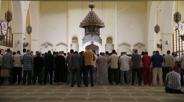 Varias personas rezan en el interior de la Mezquita Tetuán, en Madrid
