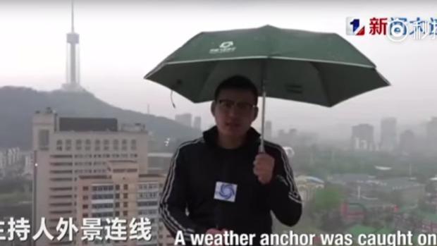 Un rayo alcanza a un reportero chino mientras daba el parte meteorológico en directo