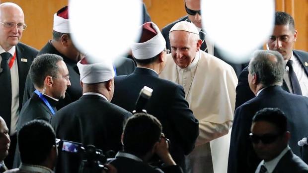 El Papa Francisco a su llegada a la Universidad de Al Azhar para participar en la - AFP