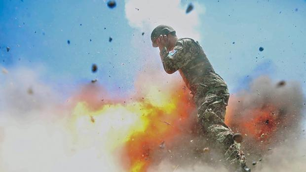 Una soldado capta el momento de una explosión en Afganistán