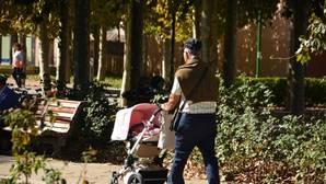 Un hombre mayor pasea un carrito de bebé