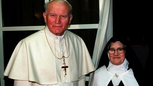 Juan Pablo II, junto a Sor Lucía, en 1991