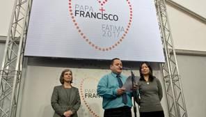 De izq. a dcha.: La postuladora, hermana Angela Cohello, el papa Joao Batista y a la derecha y la madre de Lucila Yurie