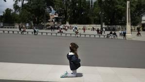 Imagen de una niña arrodillada esta mañana en el Santuario de Fátima