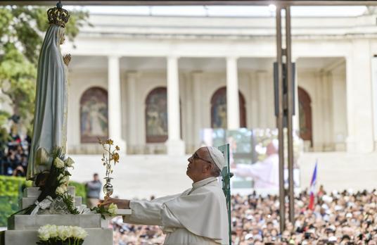 El Papa ofrece a la Virgen en Fátima una rosa de oro