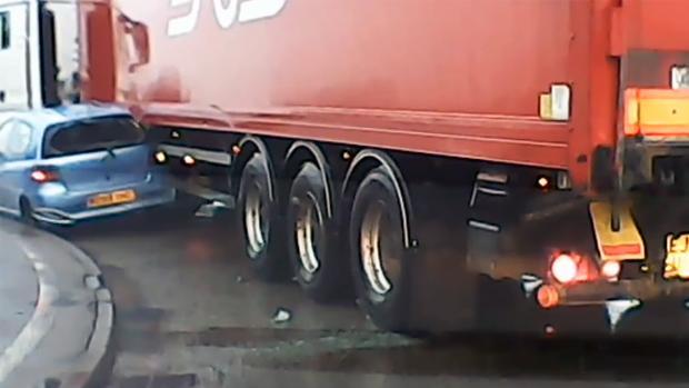 Fotograma del vídeo de YouTube en que un camión se lleva por delante a un coche