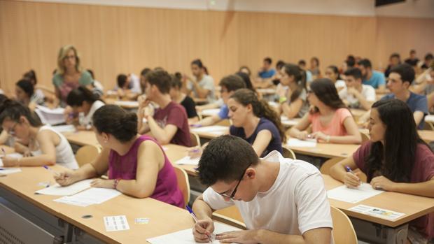 Estudiantes españoles realizan un examen durante la pasada Selectividad