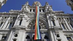 Despliegue de la bandera por el Día del Orgullo Gay en el Ayuntamiento de Madrid