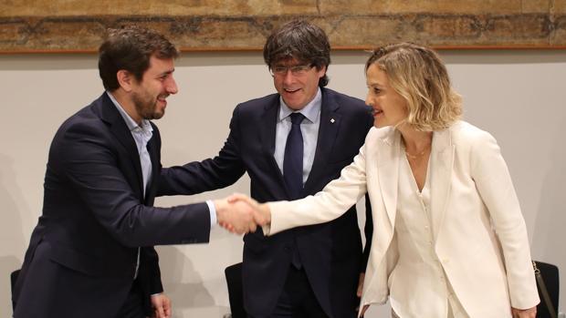 El conseller de Salud de la Generalitat de Catalunya, Antoni Comín (i), saluda a la vicepresidenta de la Fundación Amancio Ortega, Flora Pérez