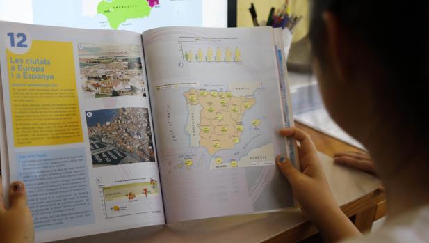 Una estudiante con su libro de Geografía e Historia de Segundo curso de la ESO