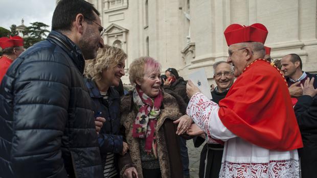 El cardenal Osoro, en el exterior de la Basílica de San Pedro del Vaticano