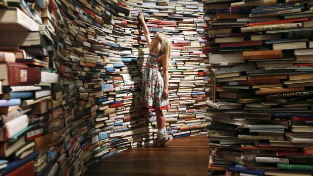 Para muchos, estar rodeados de libros, aunque sean apilados en los pasillos, produce placer