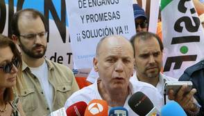 El presidente nacional de Asextra, Joaquín Jiménez, hace declaraciones a los medios durante la concentración de los examinadores de tráfico, en la jornada de huelga convocada en toda España, para protestar por la «asfixiante» falta de personal en el colectivo
