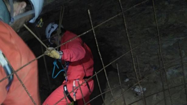 Miembros del equipo de rescate en la cueva de Galdames