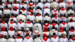 Sacerdotes escuchan al Papa Francisco en la plaza de San Pedro