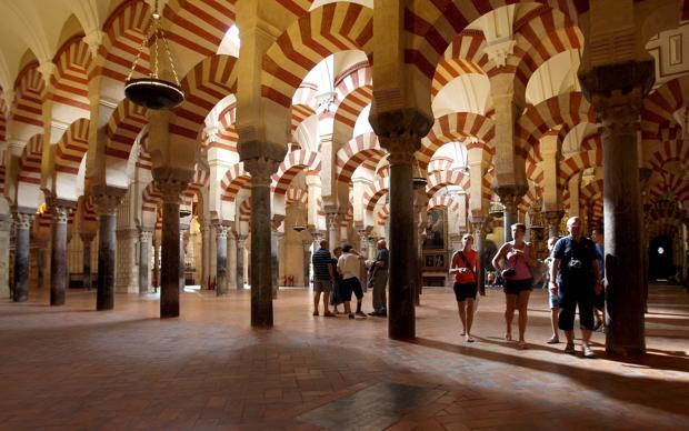 Turistas en el interior de la Catedral-Mezquita de Córdoba, uno de los monumentos más visitados de Europa