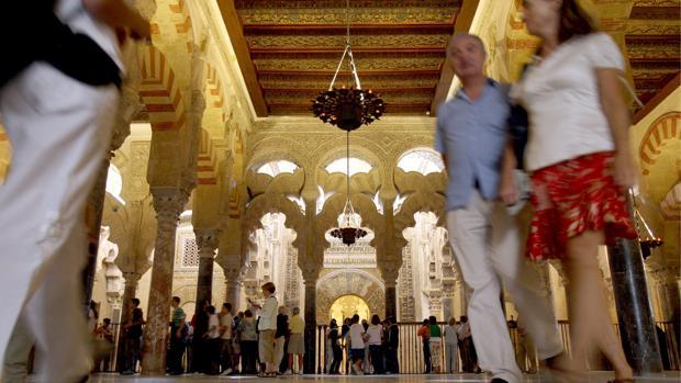 Un grupo de turistas visita el interior de La Catedral-Mezquita de Córdoba