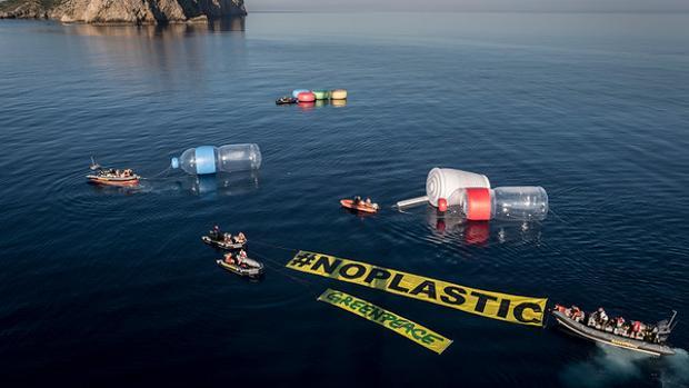 Greenpeace ha colocado diez objetos gigantes, algunos de los más comunes que se encuentran en playas y mares (dos botellas de 12 metros, dos vasos de 6, tapones y pajitas), para visibilizar lo que está pasando bajo las aguas mediterráneas, aunque no se pueda ver