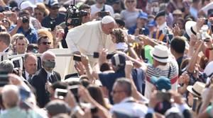 El papa Francisco saluda a los fieles a su llegada a la audiencia general de los miércoles en la plaza de San Pedro del Vaticano