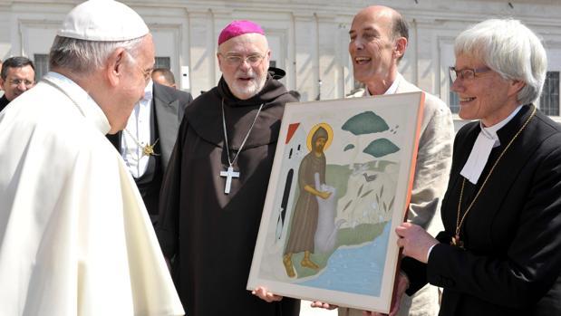 El papa Francisco (izq) conversa con varios fieles tras presidir la audiencia general de los miércoles en la plaza de San Pedro del Vaticano