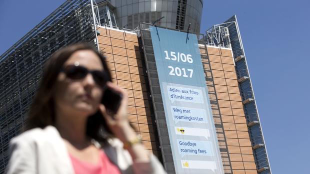 Una mujer pasa delante de un cartel que anuncia el fin del roaming