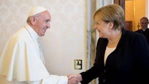 El Papa francisco, junto a Angela Merkel