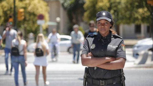 Carmen, una de las pocas policías españolas negras: «Todavía me preguntan si soy española»
