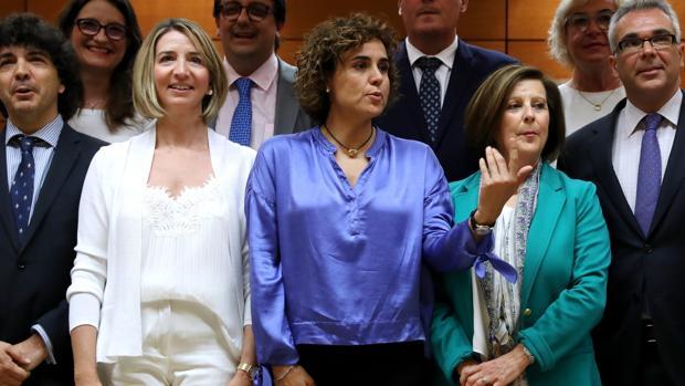 La ministra de Sanidad, Dolors Montserrat, junto a varios consejeros autonómicos de Servicios Sociales