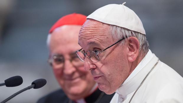 El papa Francisco (d) y el cardenal Agostino Vallini (i) durante la Conferencia Eclesial de la dióceiss de Roma
