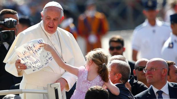 Una niña le entrega una carta al Papa durante la audiencia de este miércoles