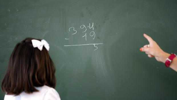 Una niña atiende a su profesora