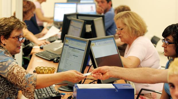 Facua critica las esperas de dos meses para renovar el dni for Oficinas para renovar dni