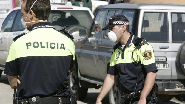 Efectivos policiales se protegen con mascarillas