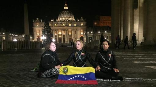 Tintori, junto a Mitzy Capriles, en la plaza de San Pedro del Vaticano