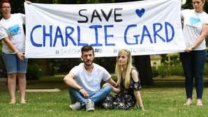 Los padres del bebé Charlie, tras presentar las firmas de apoyo a su caso en el Great Ormond Street Hospital