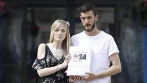 Los padres de Charlie Gard con las 350.000 firmas que piden que el niño pueda viajar a EE.UU.