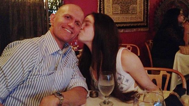 Marta S. J., con su anfitrión, Dale Leary, con quien contrajo matrimonio