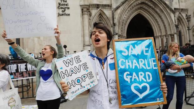 Un médico de EE.UU. viaja a Londres con una terapia experimental para el bebé Charlie Gard