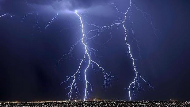 Consejos para evitar los peligros de una tormenta eléctrica con descarga de rayos