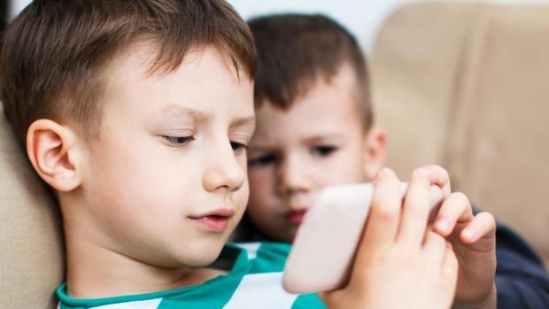 Dos niños utilizando un smartphone