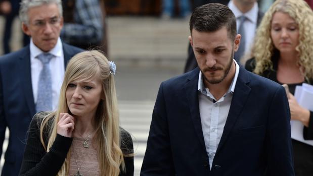 Los padres de Charlie Gard admiten ante el juez que ya es imposible salvarlo: «Es demasiado tarde»