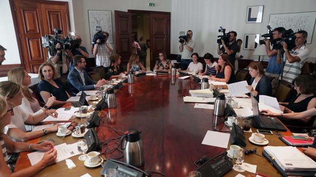 Miembros de diferentes partidos durante la reunión de la subcomisión del Congreso