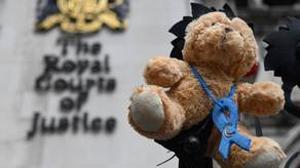 Un oso de peluche en representación del pequeño Charlie Gard