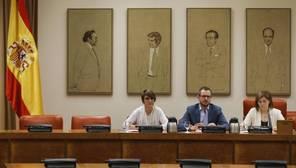 El vicesecretario de Política Social y Sectorial del PP, Javier Maroto (centro), la presidenta de la gestora del PSOE y miembro de la ejecutiva federal, Pilar Cancela (drcha.), y la letrada Sara Cieira (izq.), durante la reunión de la Comision de Igualdad sobre pacto Violencia Género