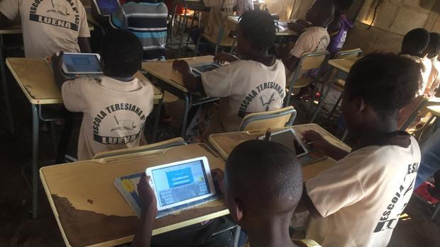 Un grupo de niños participantes en el programa ProFuturo en una escuela en Angola