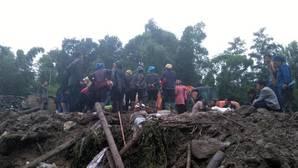 Varias personas esperan la evacuación en el sitio del terremoto de la provincia al sudoeste de Sichuan de China